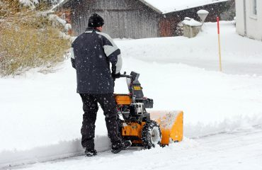 Ein Mann räumt mit der Schneefräse den Schnee weg